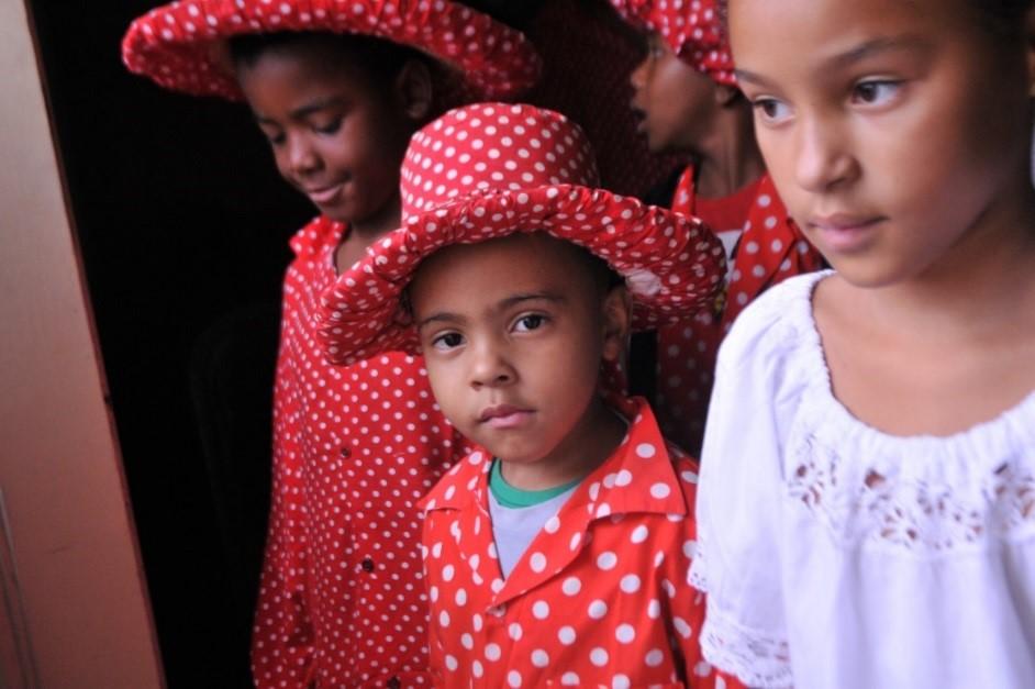 Criança com chapéu na cabeça  Descrição gerada automaticamente