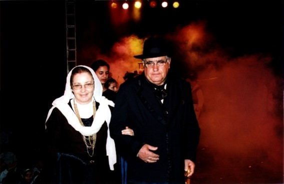 Homem e mulher em pé posando para foto  Descrição gerada automaticamente